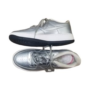 || NIKE AIR | Youth Girls 6.5 Silver Metallic Shoe